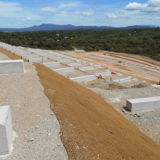 Terrassements et assises d'une centrale photovoltaïque au sol